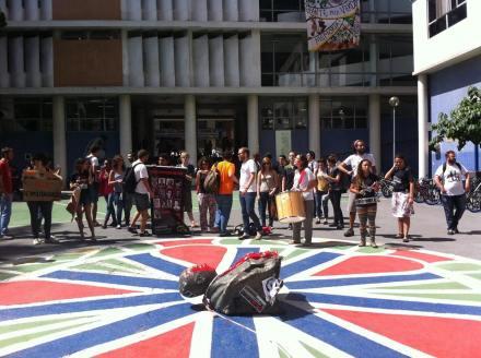 Busto de ministro da ditadura é arrancado por estudantes em Curitiba.