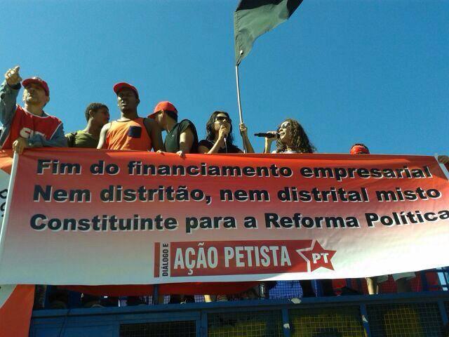 O Diálogo e Ação Petista esteve presente com suas bandeiras.